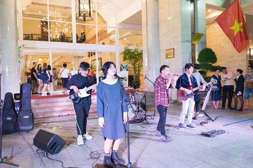 Mỗi một đêm diễn của The Crowd Saigon sẽ được đảm nhiệm bởi 2 ban nhạc chuyên nghiệp, trẻ trung và năng động. Các ban nhạc đều được tuyển chọn kỹ càng, nhằm đem lại những buổi diễn chất lượng để phục vụ người yêu âm nhạc.
