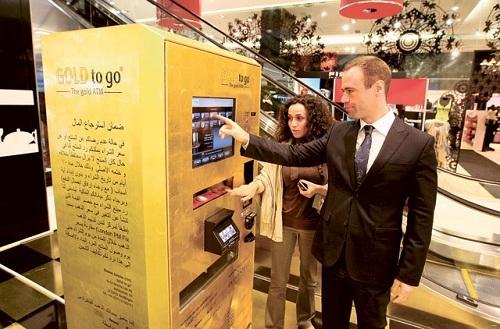 Gold to go là dòng máy bán vàng tự động đến từ tập đoàn TG Gold-Super-Markt. Ảnh: Gulf News.