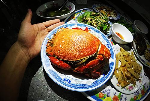 Cua huỳnh đếSau ốc là loài vỏ cứng như cua huỳnh đế, vỏ gai như nhum biển. Phần lớn cua huỳnh đế được hấp với sả, khi chín vỏ cua đỏ rực, nóng hổi và thơm nức mũi, chấm với muối tiêu ớt xanh và mù tạt là tận hưởng hết chất ngọt ngào của thịt cua. Bạn có thể tìm món ăn tại nhà chị Tý trên đảo.Ảnh: @wecheckinvn.