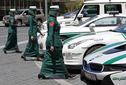 Để khẳng định quyền bình đẳng giới, nhiều xehạng sang được điều khiển bởi nữ cảnh sát. Ảnh: LA Car Connection.