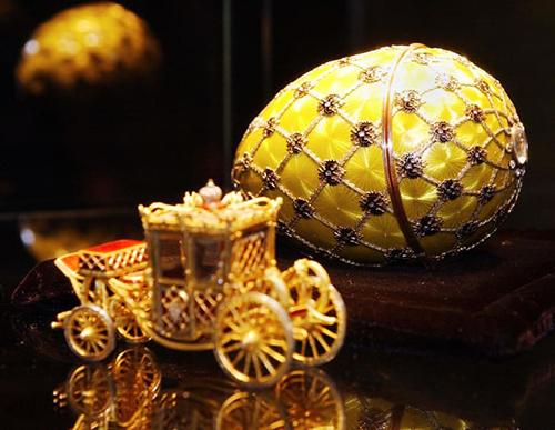 Quả trứng mang tên Đăng quang do Sa hoàng Nikolai II đặt, vỏ trứng mô phỏng họa tiết trên áo choàng củaSa hậu. Ảnh: AFP.