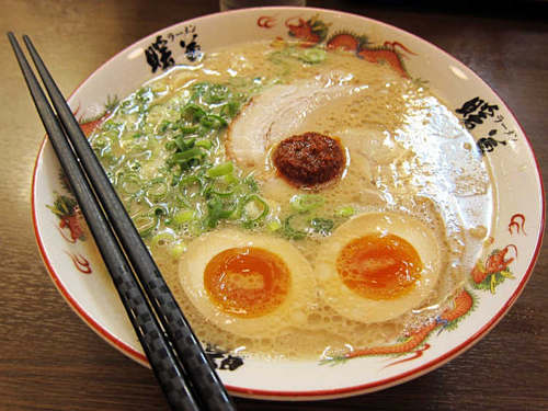 Dù bát mỳ không lớn nhưng nhiều khách Nhật vẫn kiên quyết chia đôi để ăn. Ảnh: Kotaku.