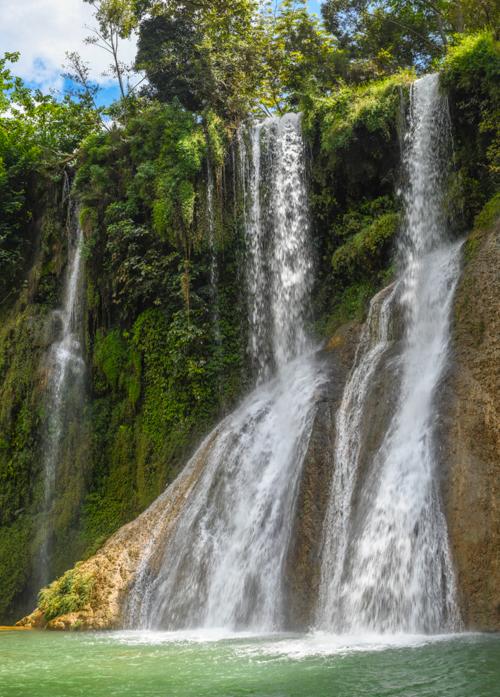 Bên trong khu tham quan cầu kính, thác Dải Yếm ở Mộc Châu