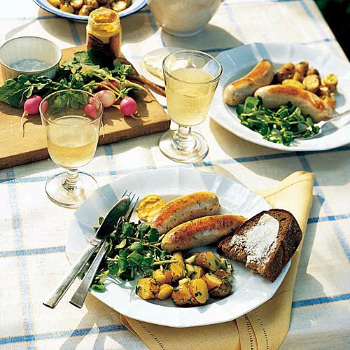 Xúc xích ở Đức không chỉ được coi là món ăn vặt phổ biến mà đây còn là món ăn chính xuất hiện ở cả những nhà hàng sang trọng. Nhìn chung, có 4 kiểu chế biến xúc xích Đức cơ bản. Ảnh: Marthastewart.