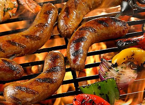Thứ nhất là xúc xích nướng, món ăn đường phố nổi tiếng được chế biến bằng cách nướng cháy cạnh xúc xích sau đó dùng chung với sốt cà chua hoặc sốt mùi tạt. Thứ hai là xúc xích luộc, loại xúc xích được kẹp trong bánh mì, ăn kèm sốt Dijon mustard. Thứ ba là xúc xích xông khói với vị khá mặn, phần nhân trong là thịt lợn và bò xông khói. Sau khi luộc trong nước sôi bạn đã có thể thưởng thức món ăn này. Cuối cùng là xúc xích với cà ri, món ăn này được chế  biến bằng cách nướng xúc xích, sau đó cắt nhỏ, rưới cà ri lên và rắc thêm bột ớt, ăn kèm với khoai tây và bánh mì như một đĩa ăn chính. Ảnh: Bauhaus Blog.