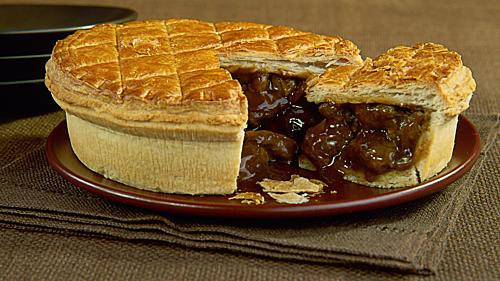 Bánh steak and kidney pie Điểm đặc biệt của món này là  nhân thay vì được làm bằng nhân ngọt từ táo như bánh táo (apple pie) thì nhân của bánh được làm từ thận của các loại động vật như cừu, bò, lợn được cắt lát và xào chín cùng với hành phi và 1 số loại gia vị khác để tạo vị mặn bên trong nhân và vị ngọt bên ngoài lớp vỏ. Bánh được làm theo kích thước là lớn hoặc nhỏ tùy vào nhu cầu của thực khách.