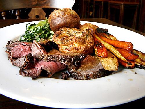 Sunday Roast là món ăn truyền thống của người Anh thường vào ngày Chủ nhật ( nên được gọi là Sunday Roast). Nguyên liệu làm nón này rất đơn giản, bao gồm thịt nướng, khoai tây nướng và các món ăn kèm như bánh pudding Yorkshire, rau và nước thịt. Các loại rau khác như súp lơ thường được chế biến thành phô mai súp lơ, ngoài ra còn có rau mùi tây nướng, mầm brussel, đậu Hà Lan, cà rốt, đậu á và bông cải xanh cũng có thể là làm nguyên liệu của món ăn. Món nướng ngày Chủ nhật - Sunday Roast cũng phổ biến ở nhiều vùng của Ireland, đặc biệt là ở Ulster (chủ yếu ở Bắc Ireland và Donegal).