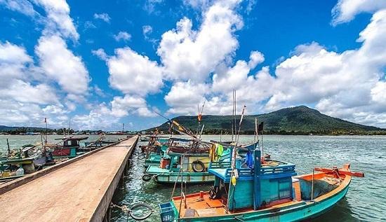 Sau đó, hãy thết đãi mình bằng một bữa trưa ngon miệng tại một trong những nhà hàng địa phương ở làng chài Hàm Ninh, một làng chài nhỏ, lâu đời tại Phú Quốc, nổi tiếng vì những loại hải sản tươi ngon. lịch trình khám phá đảo ngọc, phú quốc trong 48 giờ - 10-5525-1563782777 - Lịch trình khám phá đảo Ngọc, Phú Quốc trong 48 giờ