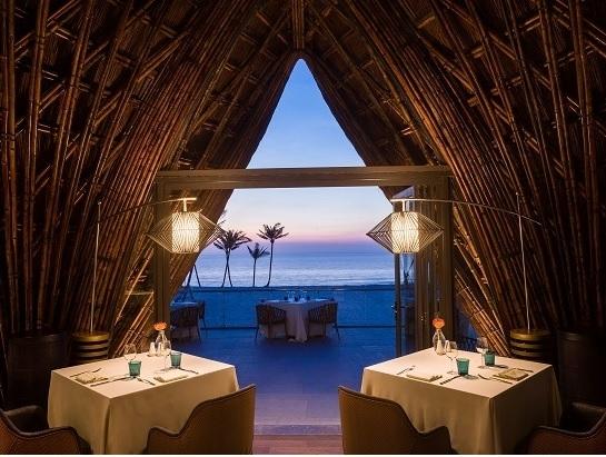 Một bữa tối thịnh soạn là cách hay nhất để kết thúc một ngày, đặc biệt là với những ai đang bắt đầu mệt mỏi sau ngày dài vui chơi. Du khách có thể đến nhà hàng LAVA nằm bên bãi biển của khu nghỉ dưỡng, nổi bật với những mái vòm bằng tre và quầy bar làm bằng san hô hóa thạch màu xanh biển. Tại đây, du khách sẽ được thưởng thức những món hải sản tươi rói và thịt ngoại nhập cao cấp, được chế biến theo khẩu vị của mình. Khép lại một ngày dài bằng món tráng miệng ngọt ngào, một ly rượu vang thơm thơm sẽ khiến người ta lưu luyến mãi những dư vị của một kỳ nghỉ lý thú tại Phú Quốc.   Nhà hàng LAVA nằm bên bãi biển và có nhiều món hải sản cùng thịt bò tươi ngon. lịch trình khám phá đảo ngọc, phú quốc trong 48 giờ - 5-5553-1563782778 - Lịch trình khám phá đảo Ngọc, Phú Quốc trong 48 giờ