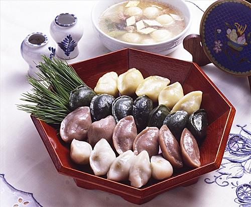 Bánh Songpyeon, loại bánh không thể thiếu trong ngày lễ. Ảnh: My Hubs.
