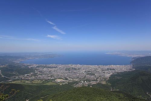 Từ trên cáp treo, bạn có thể phóng tầm mắt ra xa chiêm ngưỡng vẻ đẹp của vịnh Beppu và núi Tsurumi.Phong cảnh nơi đây từng được CNNbình chọn là một trong31 phong cảnh tuyệt đẹp của Nhật Bản năm 2015.Ảnh: Matcha.