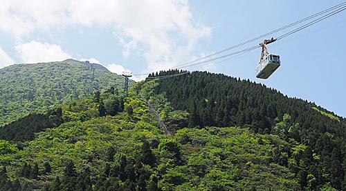 Để chiêm ngưỡng toàn cảnh vẻ đẹp của núi Tsurumi,du khách có thể dùng cáp treo Beppu. Đây là hệ thống cáp treo lớn nhất Kyushu có sức chứa 101 người với chỉ 10 phút để lên tới độ cao 1.300m. Khung cảnh nơi đây sẽ thay đổi liên tục trong năm, mùa hè và mùa thu là hai thời điểm lý tưởng nhất để tham quan nui Tsurumi.Ảnh: Japan Guide.