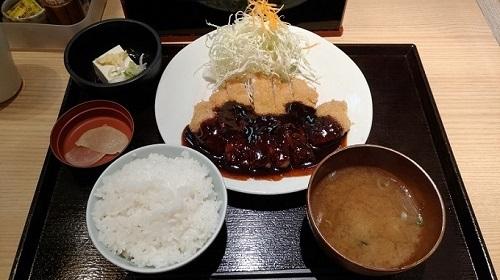 Miso katsu một món ăn không thể bỏ qua khi đến Nagoya Ảnh: Pinterest Nếu chọn một món để ăn trước khi rời Nhật Bản thì Miso Katsu là một lựa chọn hay . Đây là món thịt lợn chiên giòn được phủ nước sốt miso ngọt. Nước sốt miso được tạo ra bằng cách sử dụng aka-miso (miso đỏ). Nếu quyết định thử món ăn này bạn nên đến Yabaton, một chuỗi cửa hàng cực kỳ nổi tiếng chuyên về món miso katsu .