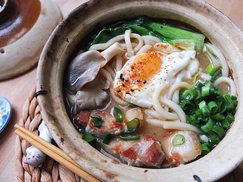 Thêm một đề xuất về món miso nữa vào danh sách các món ăn nên thử ở Nagoya là món miso nikomi udon vốn được coi là linh hồn của Nagoya. Nước dùng của món mỳ này là hatcho-miso, một loại tương miso đỏ mặn làm từ đậu nành lên men. Các thành phần phổ biến trong món ăn bao gồm thịt gà, trứng, hành lá, nấm shiitake và aburaage (đậu phụ chiên giòn). Vì sử dụng loại miso đỏ truyền thống của Nagoya nên món mỳ này rất kén người ăn ngay cả với chính người Nhật vì vị chát, mặn và nồng của Miso. Một trong những nơi nổi tiếng nhất mà bạn có thể tìm đến để thử món miso nikomi udon là tại Yamamotoya - một trong những nhà hàng lâu đời nhất và ngon nhất ở Nagoya.