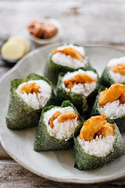 Đây là một món rất đơn giản nhưng thích hợp cho một bữa ăn nhanh hoàn hảo. Tenmusu là một đặc sản địa phương nổi tiếng có nguồn gốc từ thành phố Tsu ở tỉnh Mie. Bạn có thể tìm ăn món này ở Tenmusu tại Meibutsu Tenmusu Senju khu vực Osu của Nagoya. Tenmusu sẽ nạp đầy năng lượng cho bạn sau một buổi tham quan thành phố. Sau đó bạn có thể đến thăm đền Osu Kannon nổi tiếng nằm trong khu vực đó.
