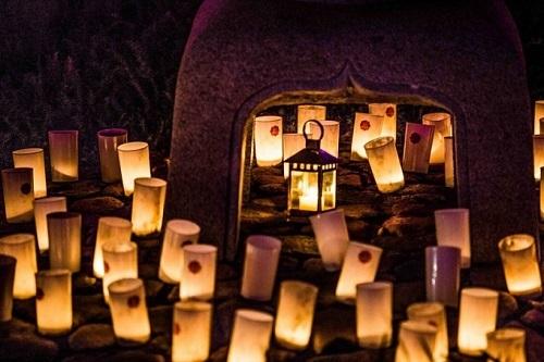 Ảnh: The Riotact.  Đèn sẽ được thắp sáng từ lúc hoàng hôn. Một điểm đặc biệt là các ngọn hoa đăng trong lễ hội được làm phần đầu của những ngọn nến cứng lại tạo thành. Người Nhật cho rằng nếu ngọn nến cháy và tạo ra hoa đăng thì điềm may sẽ đến.