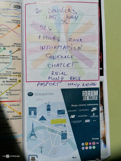 Bút tích của kẻ lừa đảo được ghi trên tấm bản đồ mà nữ du khách mang theo. Ảnh: NVCC.