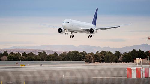 Hầu hết các hãng hàng không trên thế giới đều sơn máy bay màu trắng, nhằm tiết kiệm chi phí và có nhiều lợi ích khác. Ảnh: Rolling Out.