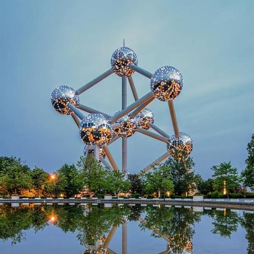 Atomium có hình dạng một cấu trúc phân tử được phóng đại 165 tỷ lần, thể hiện niềm tin vào sức mạnh của khoa học và năng lượng hạt nhân. Ảnh:Visit Atomium.