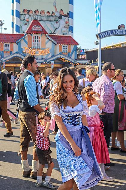 Oktoberfest còn làlễ hội tràn đầy sắc màu. Phụ nữ thường mặc những bộ đồlấp lánh,đàn ông thì mặc quần da kết hợp với chiếc mũ vành tròn.Tronglễ hội, du khách sẽ được thưởng thức những món ăn truyền thống của Đức như gà nướng, bánh quy xoắn lớn, cá xiên và đặc biệt không thể thiếu xúc xích Đức.