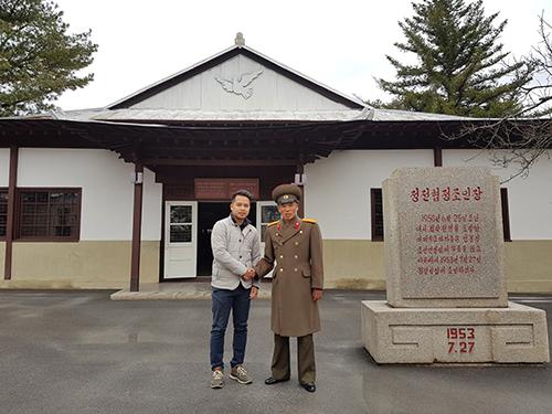 Anh Nguyễn Minh Vũ (trái) chụp ảnh lưu niệm tại khu căn cứ DMZ, một trong những địa điểm được Triều Tiên cho phép du khách tham quan.