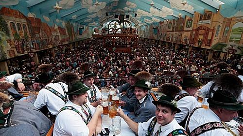Lễ hội tháng Mười được tổ chức chủ yếu ở thành phố Munich, Đức kéo dài từ 16 đến 18 ngày bắt đầu từ giữa hoặc cuối tháng 9 đến cuối tuần đầu tiên của tháng Mười. Trong lễ hội này một số lượng lớn bia Oktoberfest được tiêu thụ, du khách đến đây có thể vừa có thể thưởng thức hương vị thơm ngon của hãng bia nổi tiếng vừa hòa mình vào không khí lễ hội nhộn nhịp. Ngoài ra, truyền thống địa phương ở đây là phải tới lễ hội Oktoberfest ít nhất ba lần, một với gia đình, một với đồng nghiệp và cuối cùng là với bạn bè thân thiết.