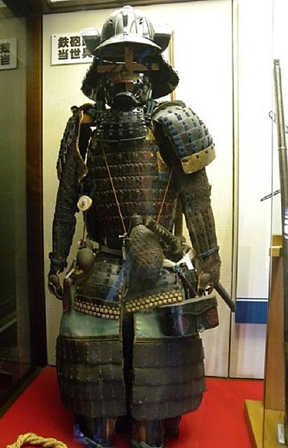 Du khách còn có thể ghé thăm bảo tàng Teppo Gura ở tầng 2 của lâu đài để chiêm ngưỡng các loại súng, áo giáp và vũ khí khác nhau được sưu tập bởi Akahane Michishige trong khoảng 30 năm.
