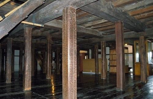 Thu hút khách du lịch nhiều nhất của lâu đài là khu vực dành riêng cho những xạ thủ bắn cung. Những chiếc cột chống đỡ ở tầng 1 và tầng 2 của lâu đài được làm từ một dụng cụ đẽo gọt như rìu. Ảnh: Kristine Ohkubo.