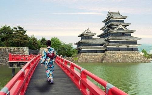 Nét đẹp hùng vĩ của lâu đài là sự kết hợp của lối kiến trúc kiên cố và dãy núi Kita phíasau. Baoquanh lâu đàicòn có một con đập lớn. Chính vì vậy để vào được lâu đài, khách du lịch phải đi qua một chiếc cầu sơn màu đỏ.Ảnh: GaijinPot Travel.