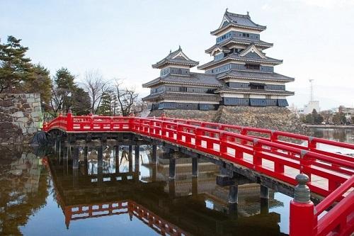 Lâu đài Matsumoto tọa lạc tại thành phố Matsumoto, tỉnh Nagano, Nhật Bản. Với cấu trúc đồ sộ được hoàn thành vào năm 1593 -1594 với 6 tầng năm kết cấu. Điểm đặc biệt của lâu đài là sự phối hợp đồng bộ giữa màu đen và trắng không như lâu đài Himeji là toàn bộ màu trắng. Lâu đài này còn có 1 tên gọi khác nữa là lâu đài quạ đen.