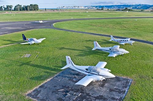 Sân bay còn có 3 đường băng trồng cỏ dành cho phi cơ hạng nhẹ. Ảnh: Eastland.