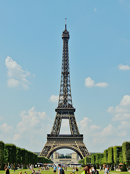 Tháp Eiffel thường mở cửa từ 9h sáng đến giữa đêm để phục vụ nhu cầu tham quan của du khách. Ảnh: Wikipedia.
