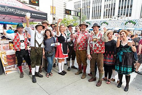 Ngoài Munich, một số thành phố lớn trên thế giới cũng tổ chức lễ hội tháng 10. Oktoberfest tại thành phố Cincinnati (Mỹ) cũng không kém phần sôi động. Một trong những hoạt động đáng chú ý nhất làbán áo phông biểu tượng của lễ hội. Tất cả số tiền thu được từ việc bán hàng sẽ được quyên góp cho quỹ từ thiện. Vì thế mỗi mùa lễ hội nơi này đều thu hút hơn 500.000 người tham dự đến từ khắp nơi trên thế giới. Ảnh: Pinterest.
