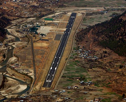 Đường băng của sân bay Paro ngắn khác thường. Ảnh:Desmond Boylan/Reuters.