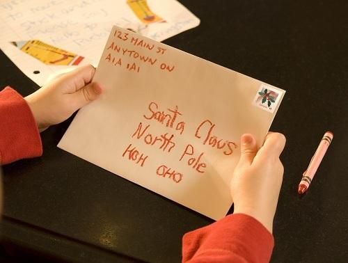 Những bức thư gửi ông già Noel ở bưu điện Canada. Ảnh: Canadian Living.