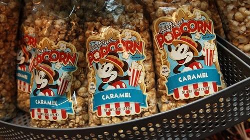 Bỏng ngô tại Tokyo Disneyland có nhiều hương vị và giỏ bỏng ngô lưu niệm như: Chip n Dale (caramel / nước tương và bơ), BB-8 (muối), Cinderella (mật ong), và chúng là được bán tại các địa điểm khác nhau tại công viên. Ảnh: Disney Park.