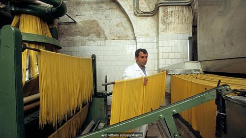 Ngày nay, các nhà máy làm mỳ bằng công nghệ mới, thay vì thủ công như trước đây. Tuy nhiên, hương vị cổ truyền của nó vẫn được giữ nguyên. Ảnh: BBC.