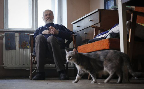 Hướng dẫn viên 68 tuổi trong ngôi nhà mới của mình. Ảnh: APP.