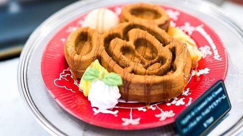 Bánh waffle Disney là một trong những đồ ngọt dễ thương và hấp dẫn nhất tại công viên giải trí Tokyo. Bánh quế hình chuột Mickey có nhiều loại toppings như nước sốt phong, sốt chocolate, kem vani. Món này được bán ở quán Great American Waffle Company tại khu vực World Bazaar. Ảnh: Disneyland Tokyo.