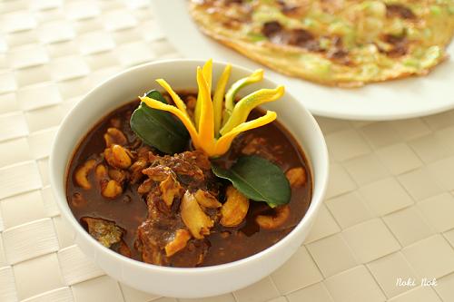 Gaeng Tai Plalàmón cà ri đặc biệt của ẩm thực miền Nam Thái Lan. Mùi vị mạnh mẽ và  hấp dẫn thực khách của món ăn này là do một loại nước sốt mặn được làm từ các món cá lên men của Thái Lan. Món cà ri này thường được ăn kèm với rau tươi vàcơm trắng. Đây là món ăn có vị cay nồng bậc nhất Thái Lan.Ảnh: NoKiNoK.