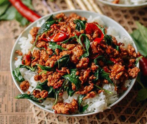 Pad Ka Prao, món ăn đặc trưng và phổ biến ở Thái Lan được chế biến từ các loại thịt như thịt lợn, thịt gà, thịt bò và hải sản xào với húng quế và tỏi Thái. Nó được ăn kèm với cơm và phủ. Gia vị chính của món ăn này là nước tương, nước mắm Thái, dầu hào, đường mía và ớt mắt.