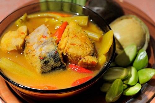 Som Tam hay còn gọi là gỏi đu đủ Thái, là một loại gỏi cay với nguyên liệu chính là đu đủ xanh bào sợi. Món ăn này có đầy đủ các vị cơ bản của ẩm thực Thái Lan, từ vị chua của chanh, vị cay của ớt, vị mặn của nước mắm đến vị ngọt của đường thốt nốt. Sở dĩ món ăn này có tên gọi là Som Tam bởi vì nó được chế biến bằng cách trộn các nguyên liệu vào với nhau và giã trong cối, Som Tam có nghĩa là món giã (trong cối) có vị chua. Ảnh: 196 Flavors.