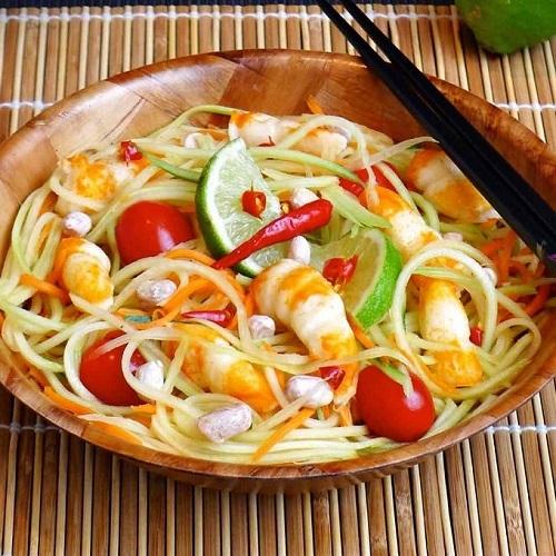Som Tam hay còn gọi là gỏi đu đủ Thái, là loại gỏi cay với nguyên liệu chính từ đu đủ xanh bào sợi. Món ăn có đầy đủ các vị cơ bản của ẩm thực Thái Lan, từ vị chua của chanh, cay của ớt, mặn của nước mắm đến vị ngọt của đường thốt nốt. Sở dĩ món ăn này có tên gọi là Som Tam bởi vì nó được chế biến bằng cách trộn các nguyên liệu vào với nhau và giã trong cối, Som Tam có nghĩa là món giã (trong cối) có vị chua. Ảnh: 196 Flavors.