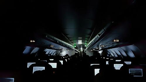 Khi cabin chỉ bật đèn mờ, kẻ gian có thể ra tay. Ảnh:Daily Express.