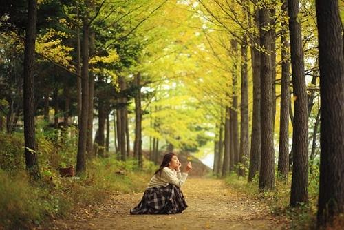 Kiểu tạo dáng theo phong cách ngọt ngào thường phù hợp với du khách nữ, những cô nàng thích mộng mơ. Ảnh: Trazy Blog.