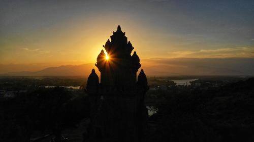 Phan Rang – Tháp Chàm còn là thành phố của những trầm tích nghìn năm. Không nơi đâu văn hóa Chăm lại có được hồn sống như nơi đây. Lễ hội Ka tê tổ chức hàng năm tại tháp Pô Klong Garai, các làng nghề truyền thống như Bàu Trúc, Mỹ Nghiệp..., tất cả vẫn vẹn nguyên như vốn có tự cổ xưa.