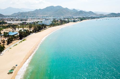 Là trái tim của thiên đường du lịch Ninh Thuận, Phan Rang – Tháp Chàm mang trọn vẻ đẹp của vùng sa thảo độc đáo. Nổi bật đầu tiên là biển với dải Bình Sơn – Ninh Chữ nức tiếng, thuộc top bãi biển đẹp nhất Việt Nam.