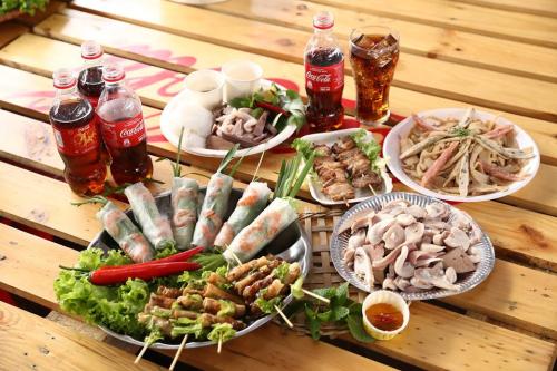 Nếu tham gia đại nhạc hội, bạn trẻ thư giãn với âm nhạc yêu thích thì với lễ hội ẩm thực họ tận hưởng cảm giác thưởng thức hàng trăm món ngon. Mới đây, Lễ hội Ẩm thực Coca-Cola thu hút đông đảo người trẻ Việt tham dự, nhiều Food blogger như Ninh Nito, Wooshi...