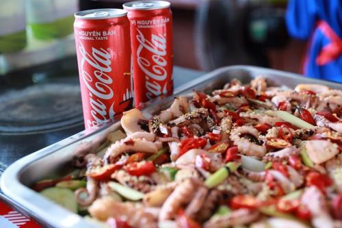 Mùa đầu tiên tổ chức lễ hội tập trung vào các đặc sản 3 miền Bắc - Trung - Nam. Năm nay, sự kiện mang đến những món ăn ngon từ Thái Lan, Hàn Quốc - Việt Nam và Nhật Bản.   Du khách có cơ hội thưởng thức mực khổng lồ, sashimi Nhật Bản, Tobokki, thịt nướng Hàn Quốc, xôi xoài, tomyum Thái Lan, ốc, ram, bánh tráng, bánh nậm của Việt Nam. Bên cạnh đồ ăn ngon, lễ hội có đồ uống là Coca-Cola mát lạnh.