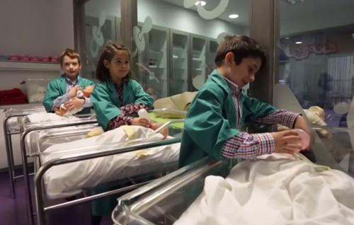Giá vé vào cho các bạn nhỏ từ 4-14 tuổi là 9 euros ( khoảng 230 nghìn đồng). Trẻ nhỏ hơn và người lớn vẫn được phép vào song sẽ trở thành du khách và không được phép tham gia các công việc.